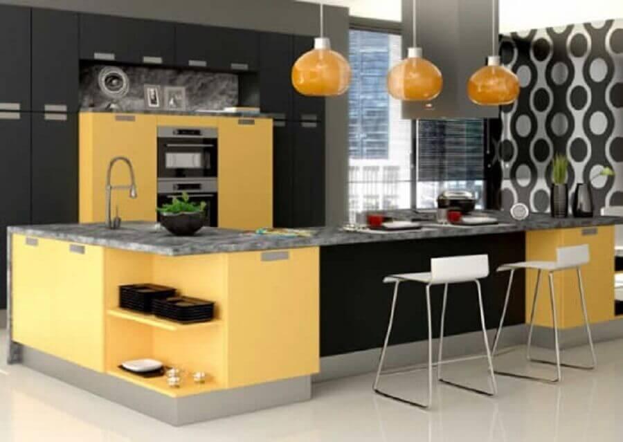 Decoração de cozinha preta e amarela com pendentes