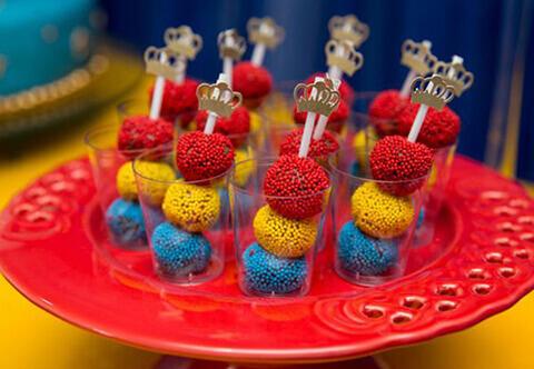 decoração de aniversário simples brigadeiros coloridos