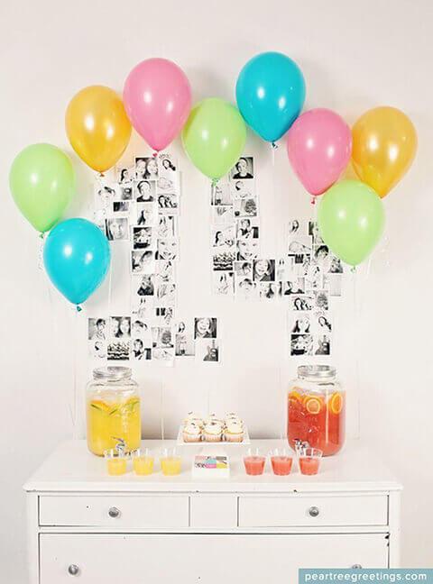 decoração de aniversário simples com balões em torno do mural de fotos