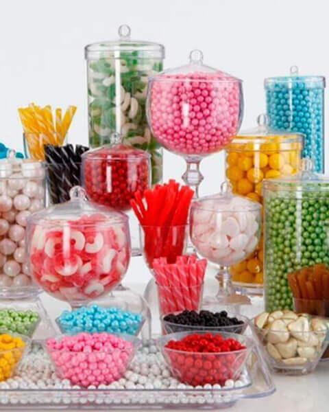 decoração de aniversário simples com baleiro de balas e marshmallows