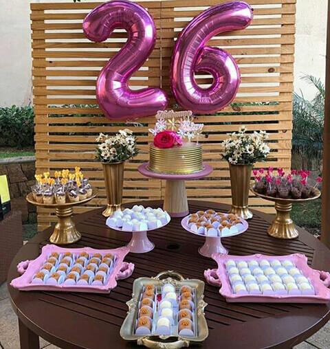 decoração de aniversário simples com bandeja de brigadeiros e flores
