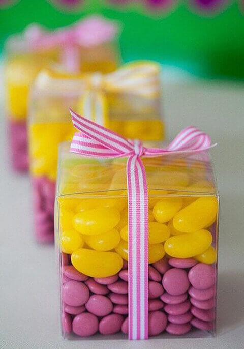 decoração de aniversário simples com caixinhas transparentes