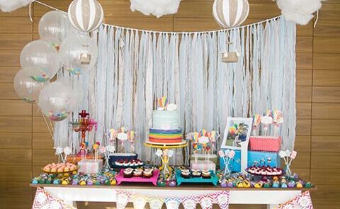 decoração de aniversário simples com cortina de fitas