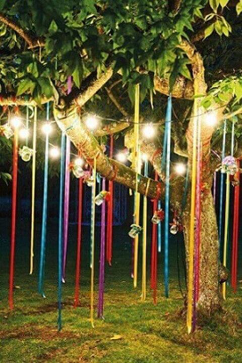 decoração de aniversário simples com fitas na árvore