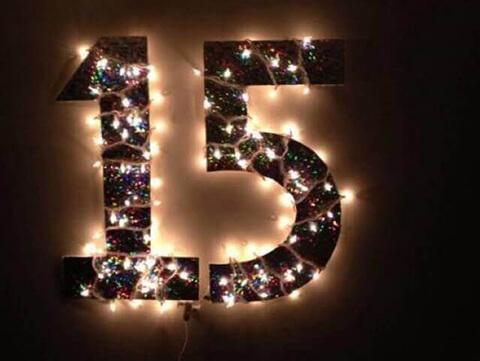 decoração de aniversário simples com letreiro iluminado