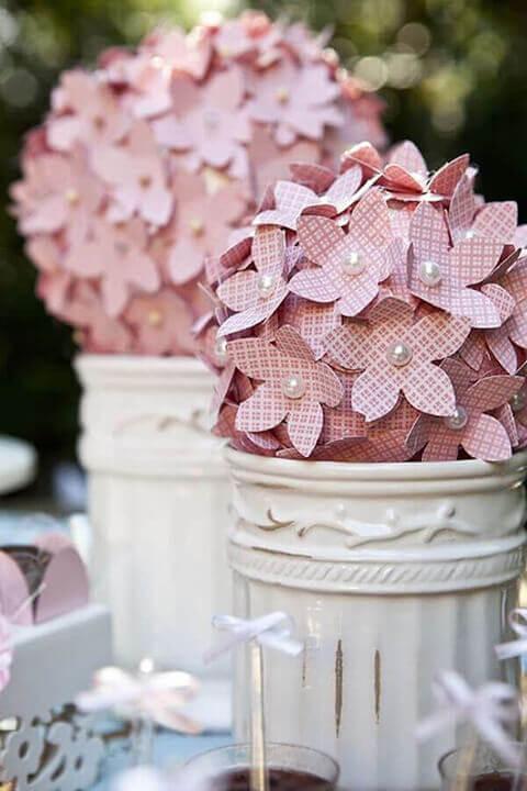 decoração de aniversario com arranjos com flores de papel