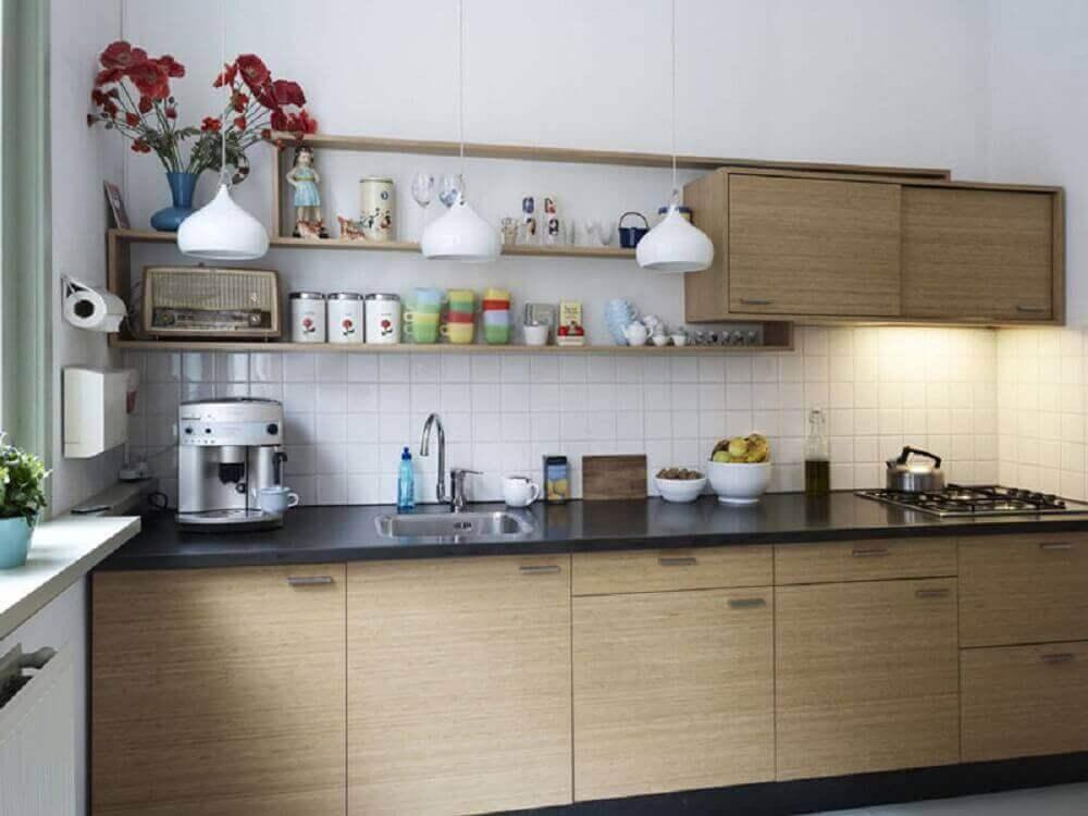 decoração de cozinha simples com nichos e pendentes