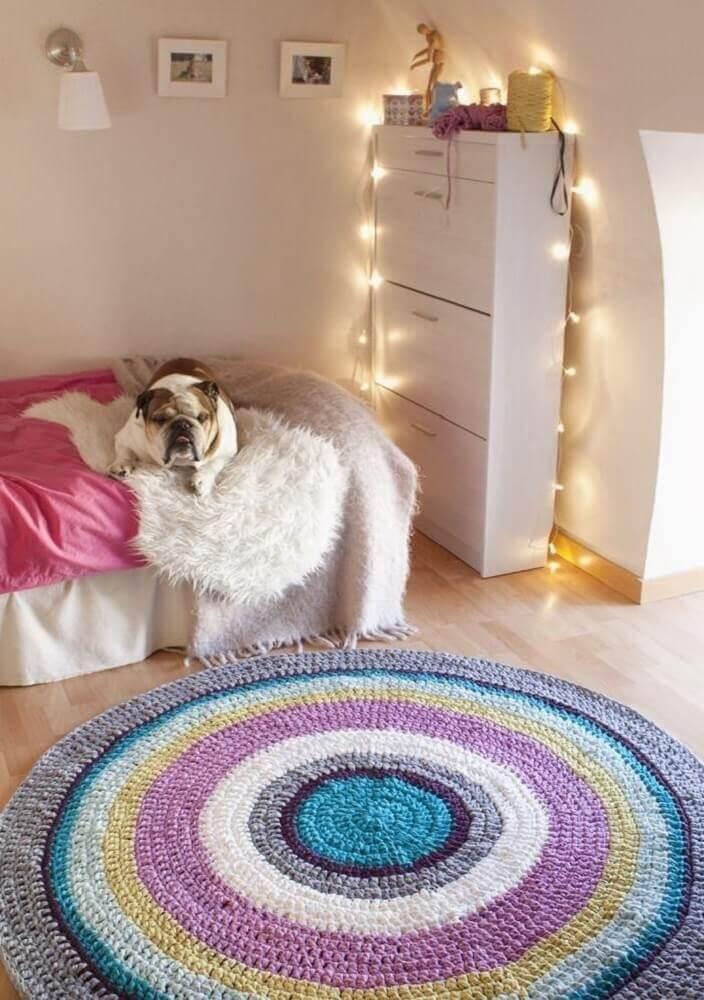 decoração de quarto com pisca pisca e tapete de crochê