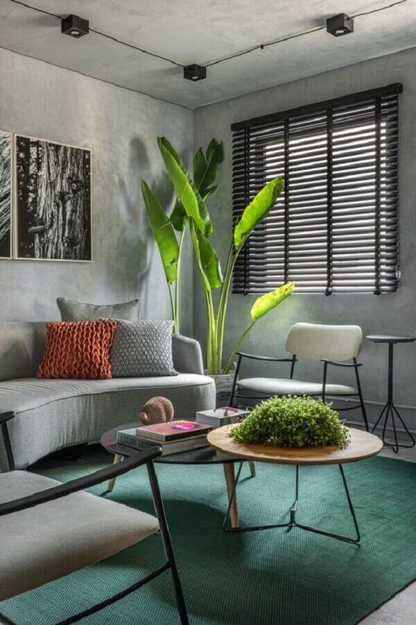 decoração de sala com sofá cinza e tapete verde  Foto Pinterest