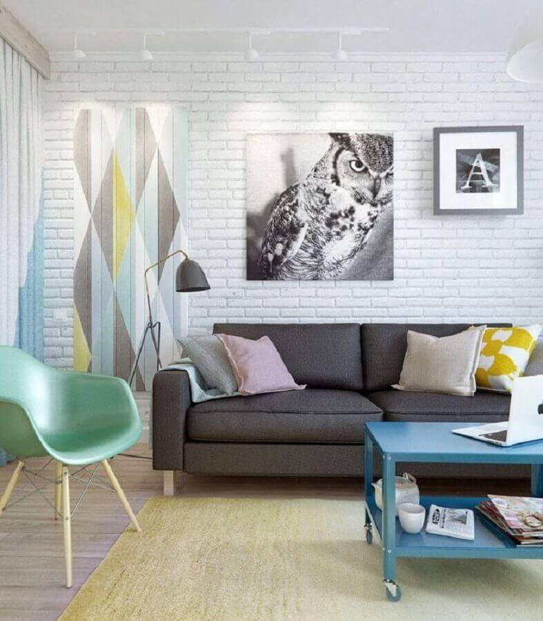 decoração de sala com sofá cinza mesa de centro azul e cadeira eames verde Foto Behance