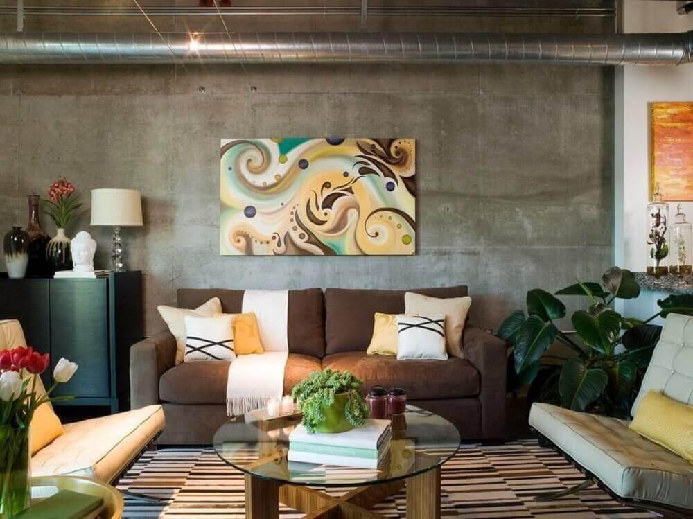 decoração de sala com sofá marrom