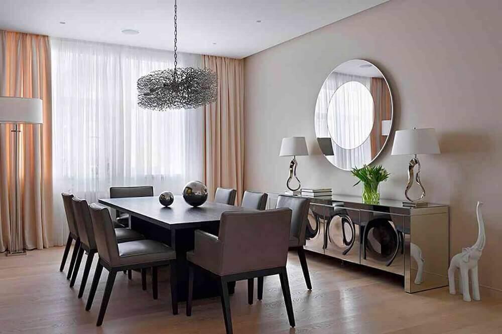 decoração de sala de jantar com buffet espelhado e espelho redondo