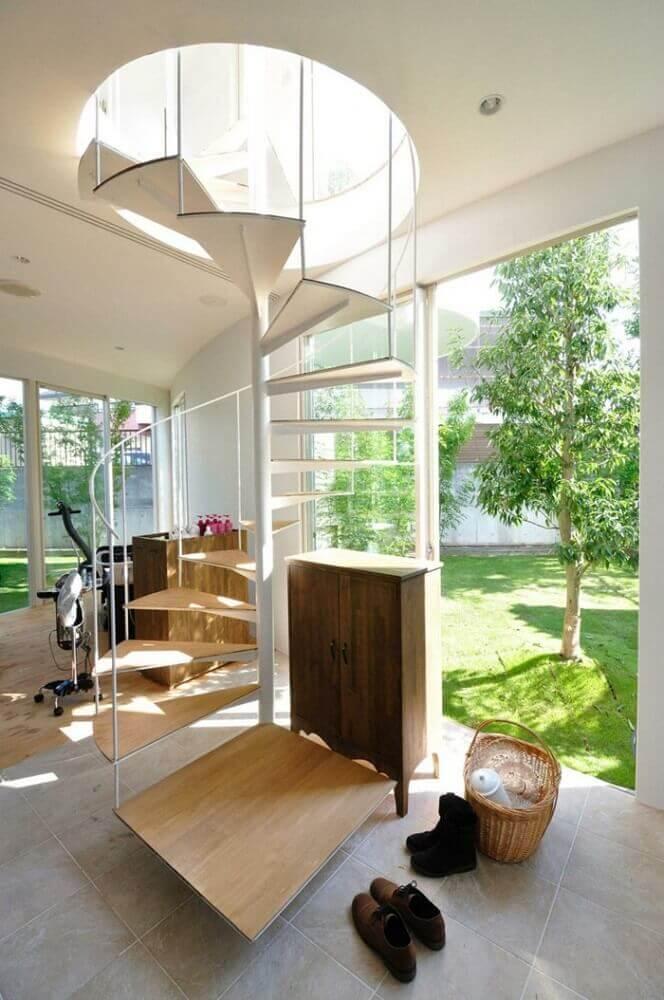 decoração delicada com escada caracol de madeira