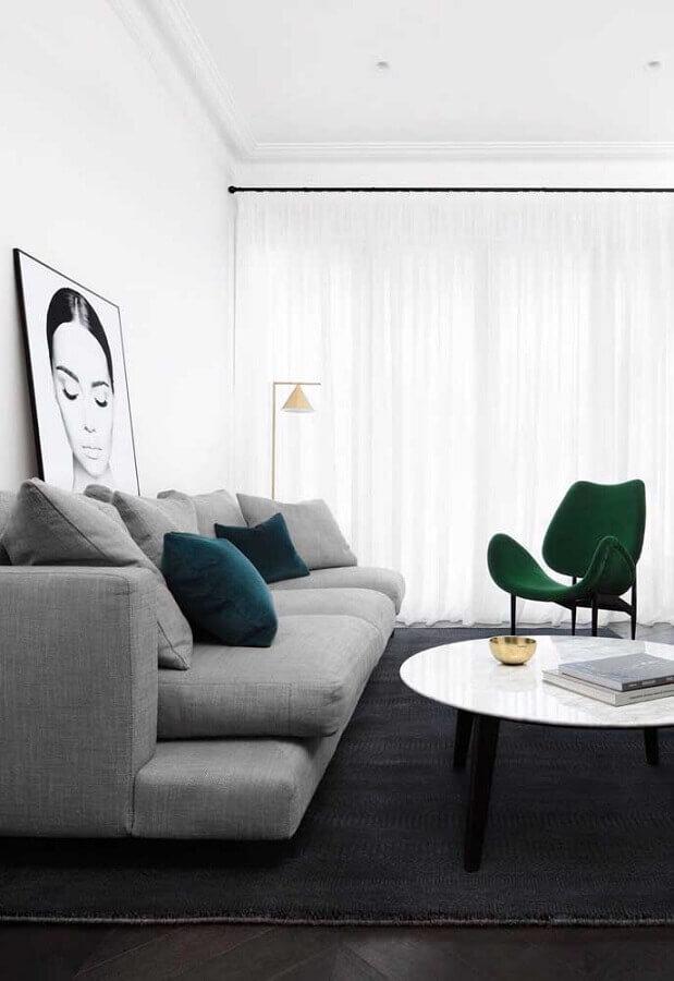decoração moderna para sala cinza com poltrona verde  Foto Home Fashion Trend