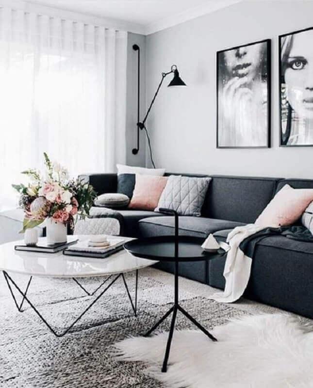 decoração moderna para sala cinza e branco com almofadas cor de rosa  Foto We Heart It