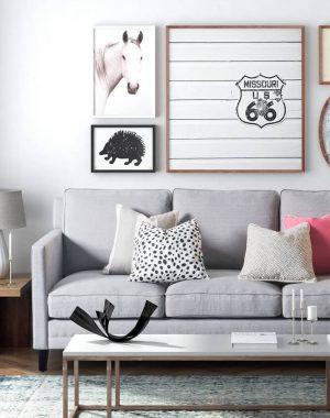 decoração sala minimalista com quadros e sofá cinza