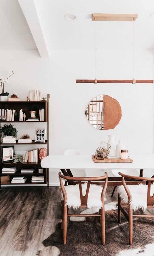decoração simples com modelo diferente de espelho para sala de jantar Foto Apartment Therapy