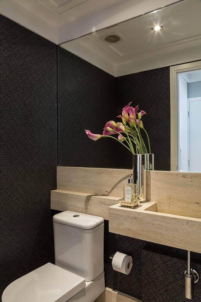 decoração de banheiro preto com papel de parede e bancada de madeira