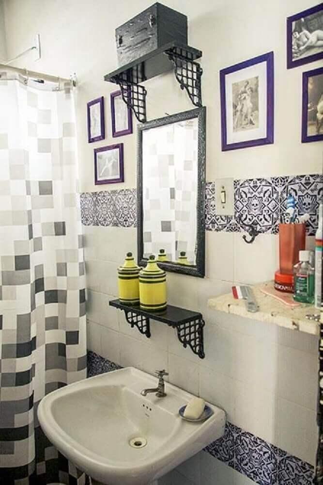banheiro simples com quadros pequenos.
