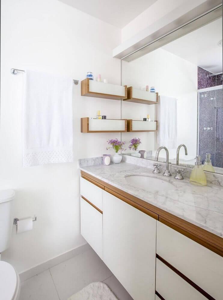 Decoração de banheiro branco simples com detalhes em madeira