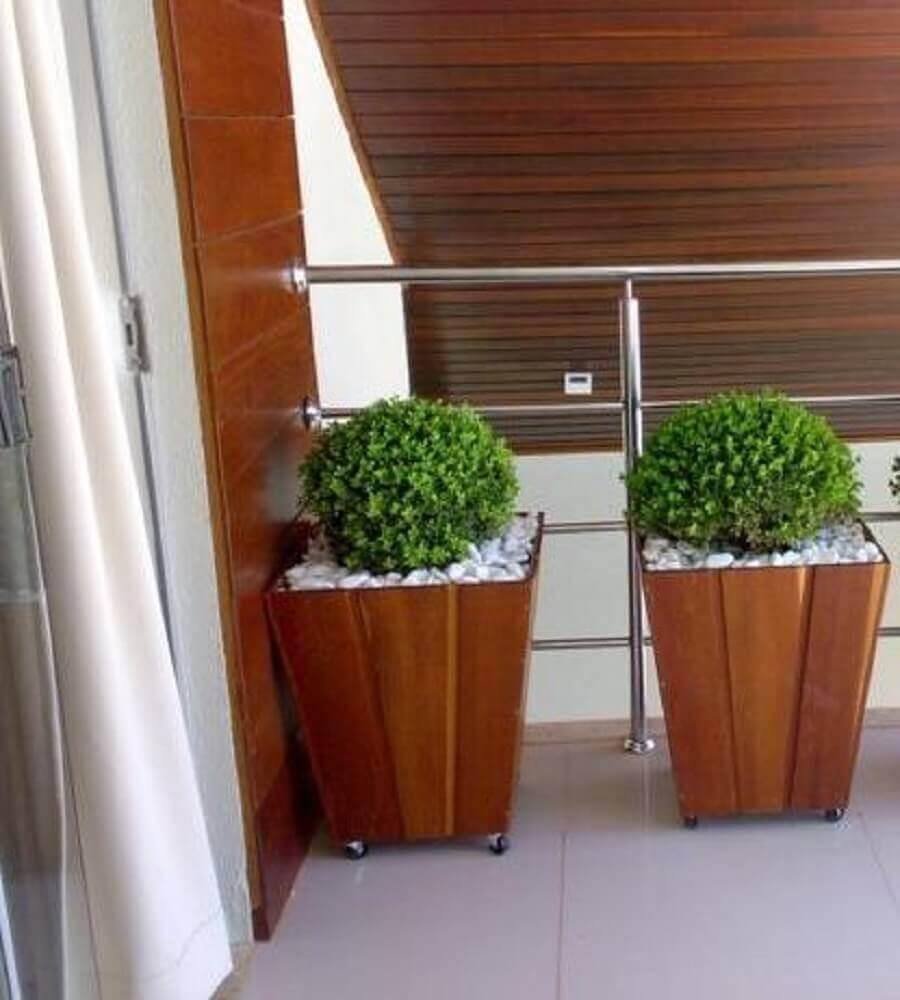 decoração com vasos de plantas de madeira