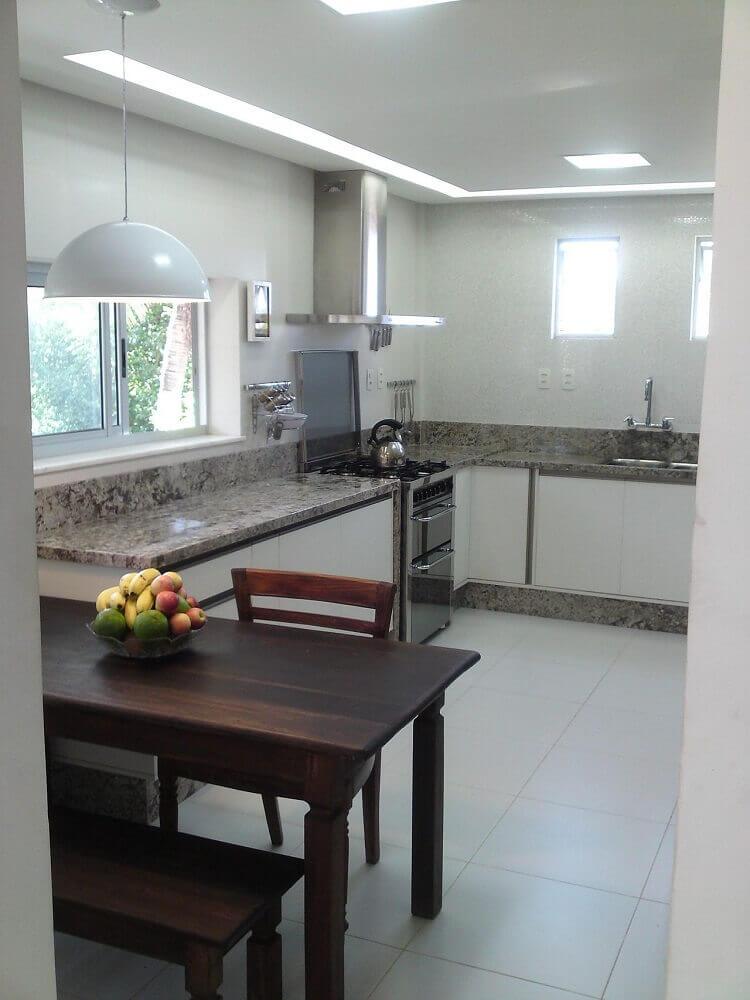 Decoração simples com luminária para cozinha