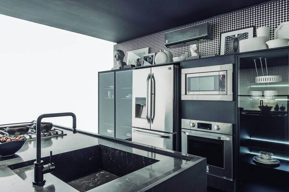 Decoração de cozinha planejada preta com papel de parede