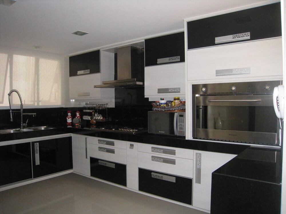 Cozinha planejada preta e branca