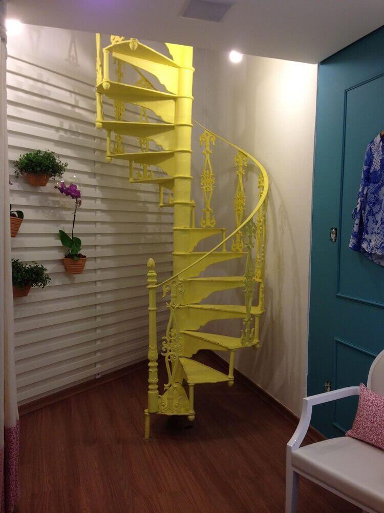 Decoração com escada caracol de ferro pintada de amarelo