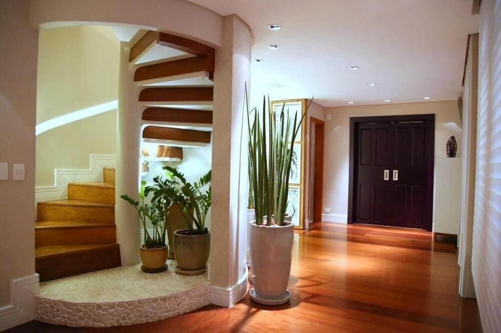 Decoração de casa com escada espiral de madeira