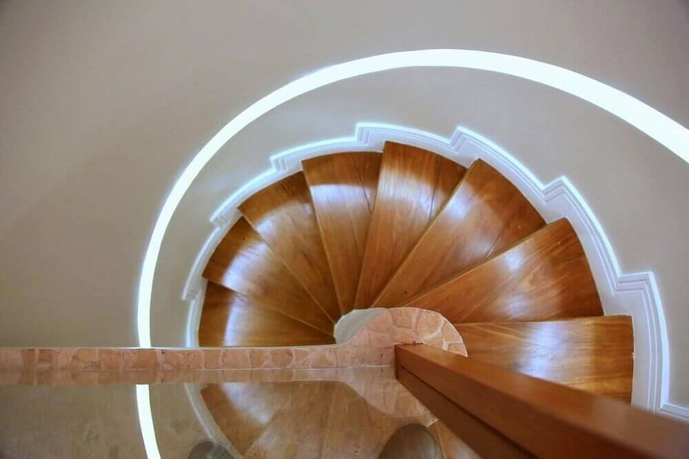 Escada caracol de concreto com madeira vista de cima