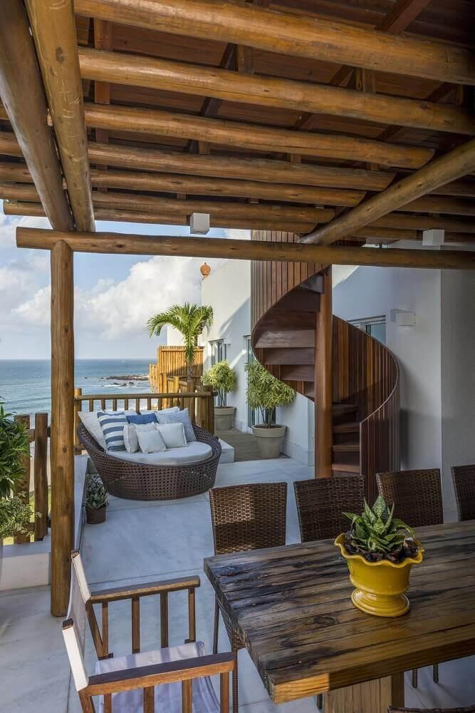 decoração escada caracol de madeira área exterior