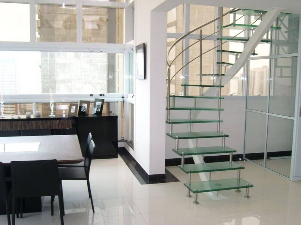 escada caracol de vidro ambiente clean