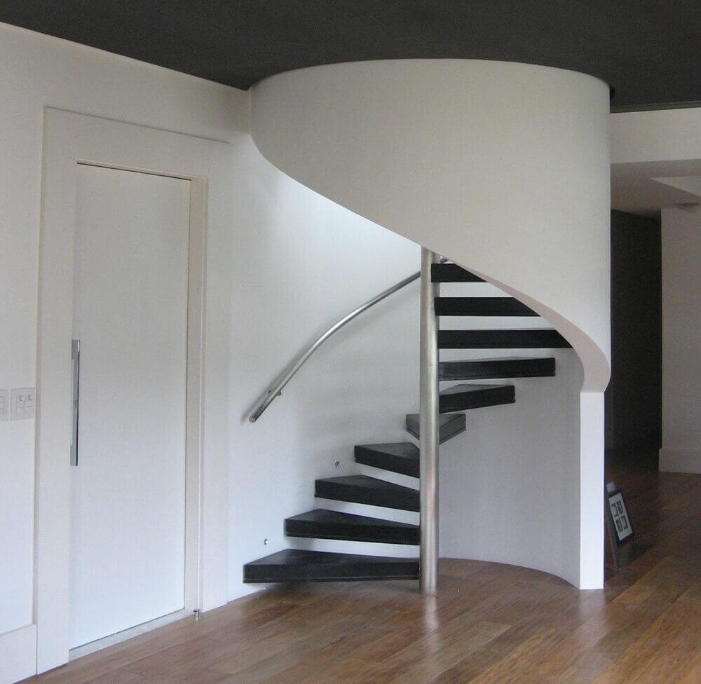 Modelo de escada espiral minimalista com degraus pretos