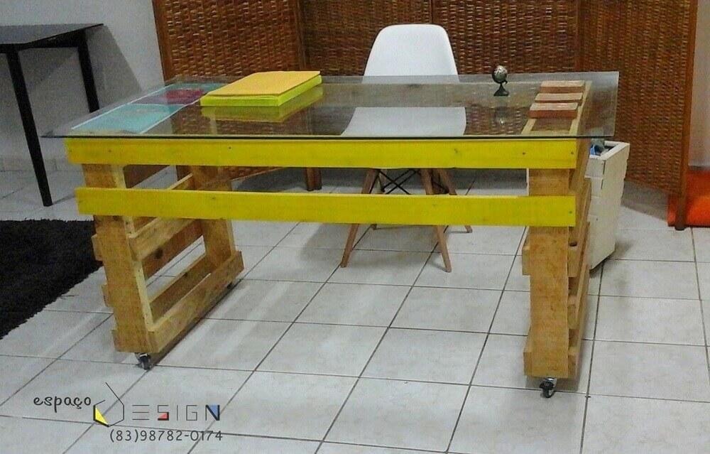 Escritório com mesa de pallet