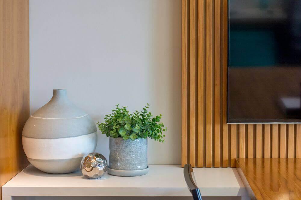 escritório decorado com vasos decorativos