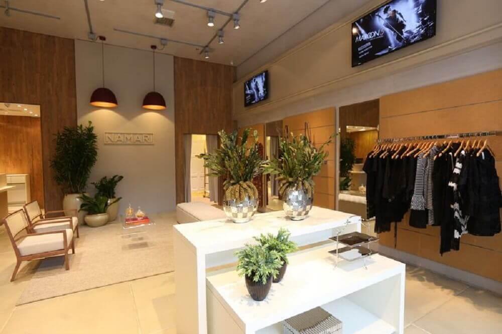 loja decorada com vasos decorativos espelhados