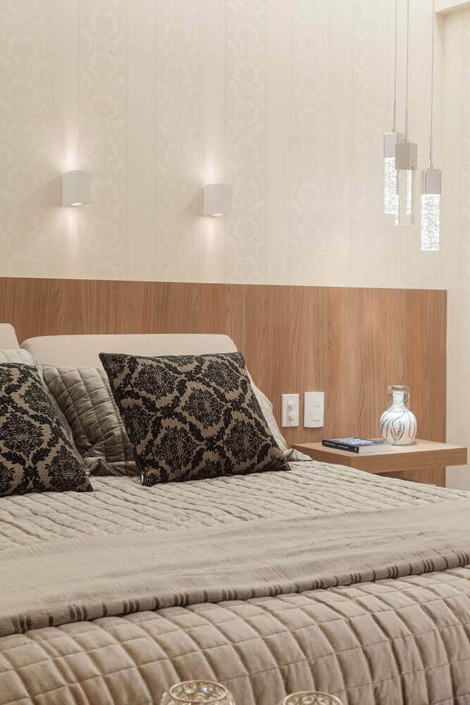 quarto de casal com arandela e luminária tipo pendente