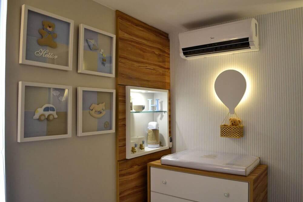 decoração quarto de bebê azul e bege com luminária de balão no trocador