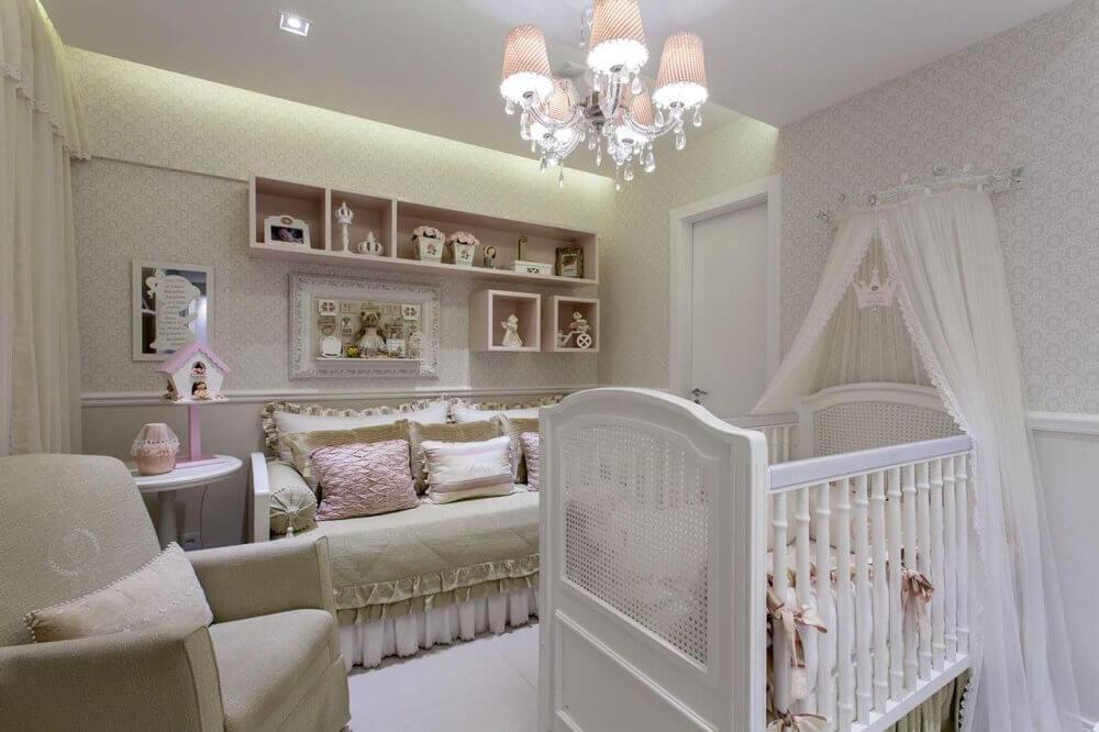 Decoração de quarto de bebê com luminária sofisticada
