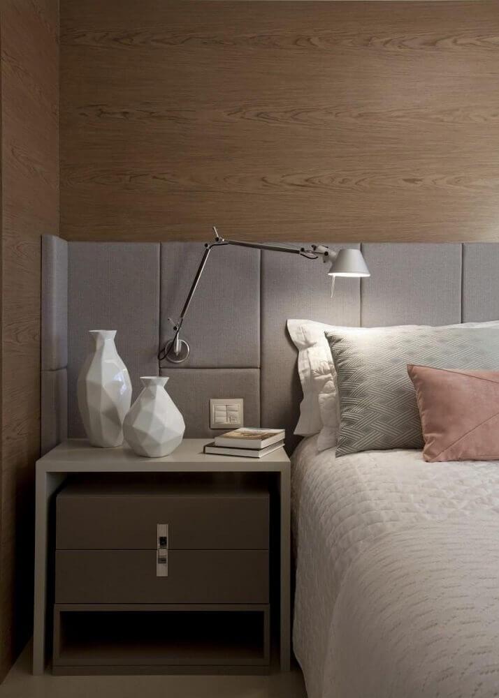 Decoração de quarto em tons neutros com luminária na cabeceira.