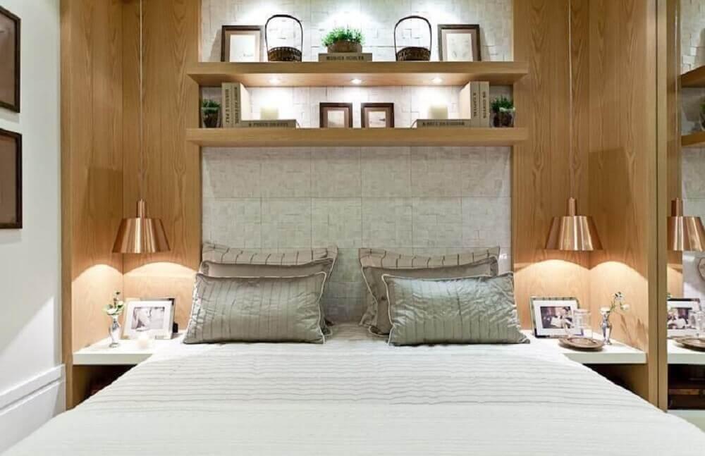 Decoração de quarto de casal com luminária suspensa