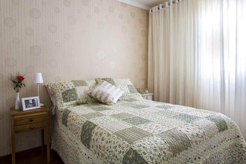 quarto simples decorado com papel de parede.