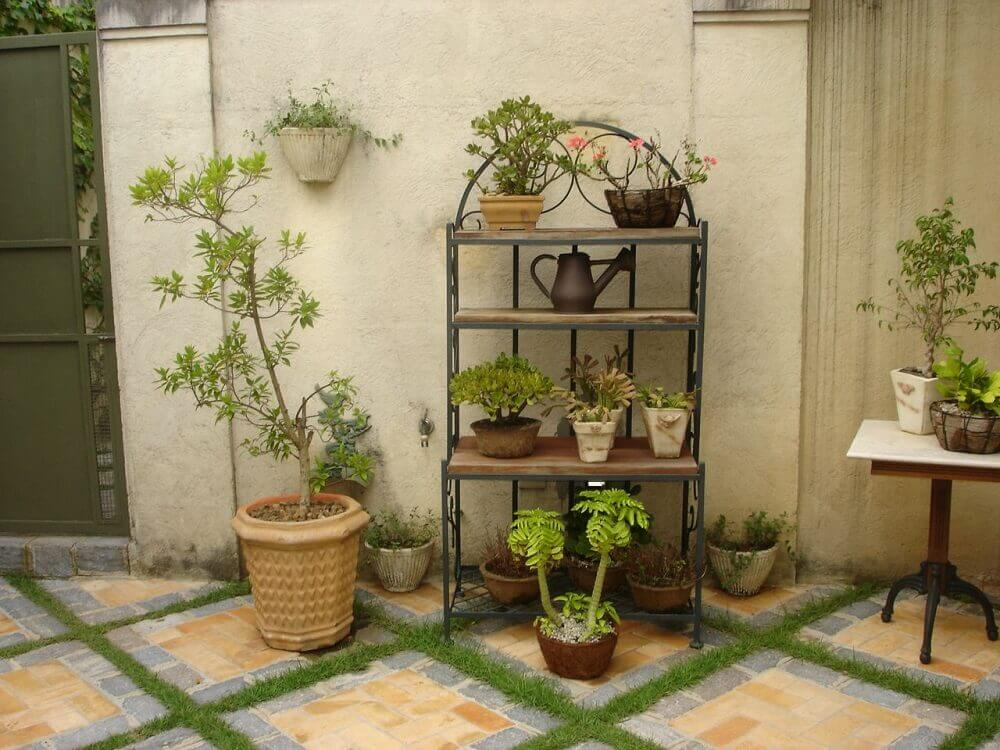 prateleira de ferro como suporte para vasos de plantas