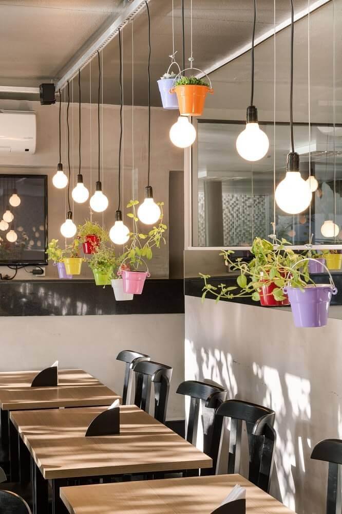 decoração restaurante com vasos decorativos coloridos