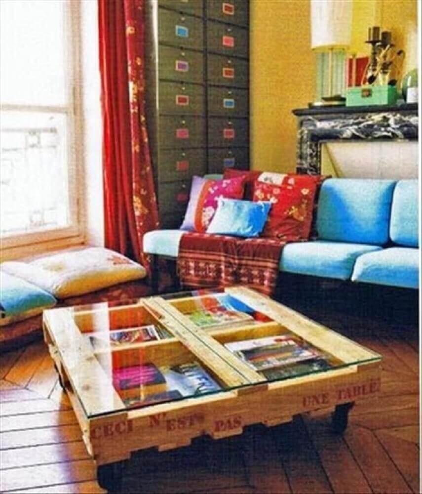 Decoração sala de estar com mesa de pallet com vidro