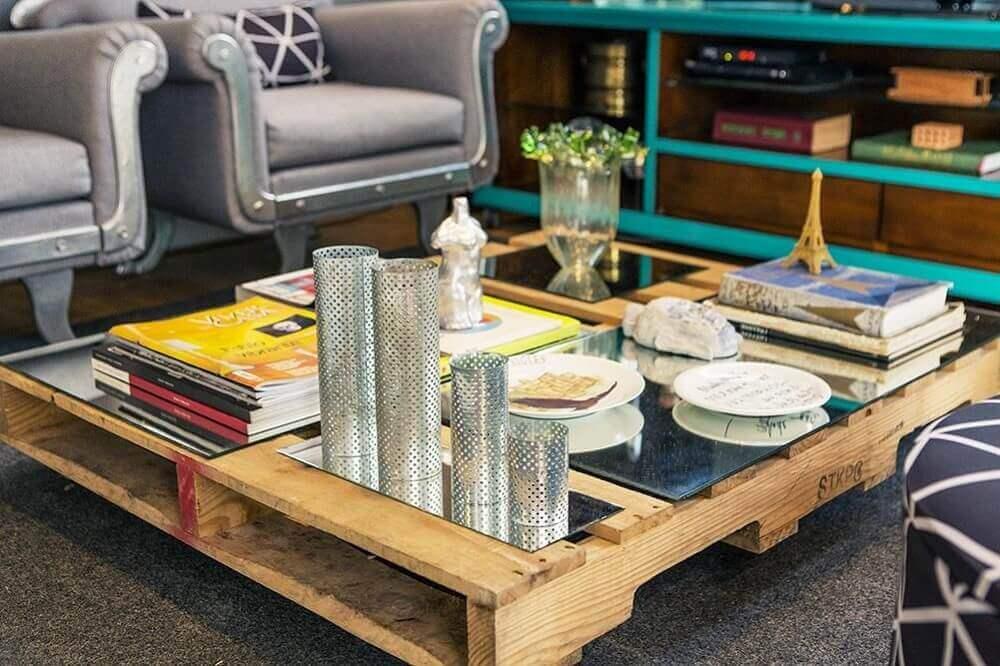 Decoração de sala de estar com mesa de centro de pallet