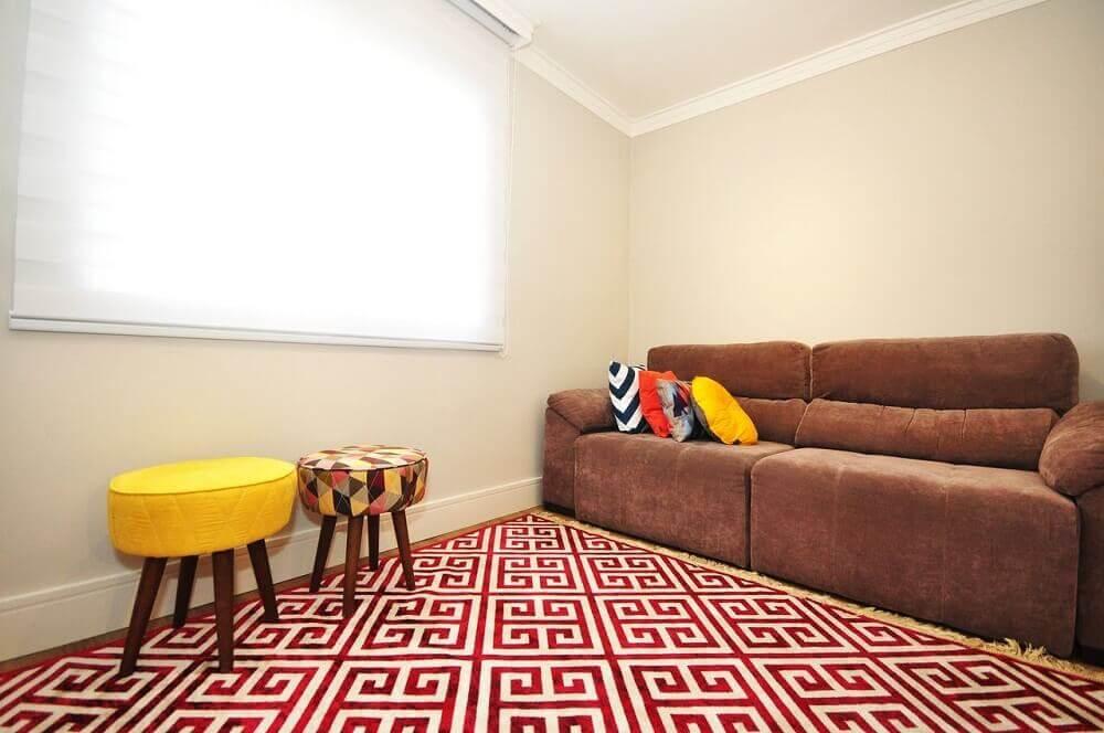 decoração sala de estar com sofá marrom almofadas coloridas e tapete vermelho