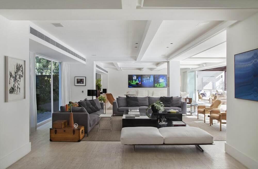 decoração de sala com sofá cinza e almofadas pretas