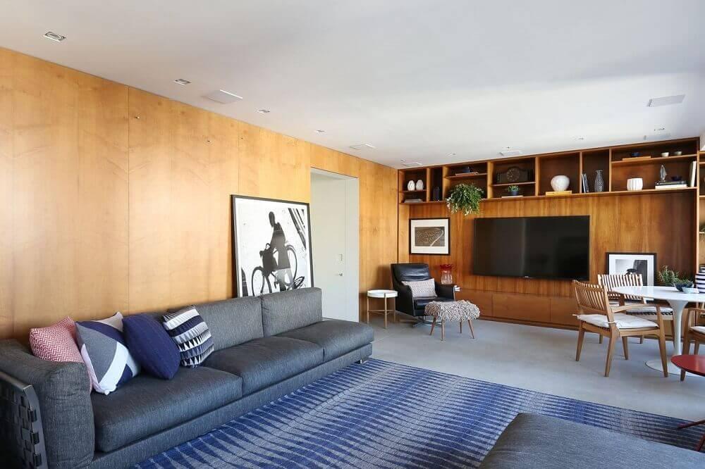 decoração sala com sofá cinza e tapete azul